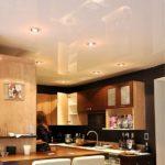Белый-глянцевый-натяжной-потолок-в-интерьере-кухни