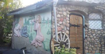 Русалки на доме из камня фото