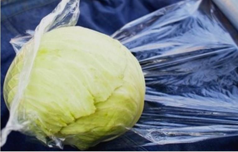 Завернуть капусту в пищевую пленку