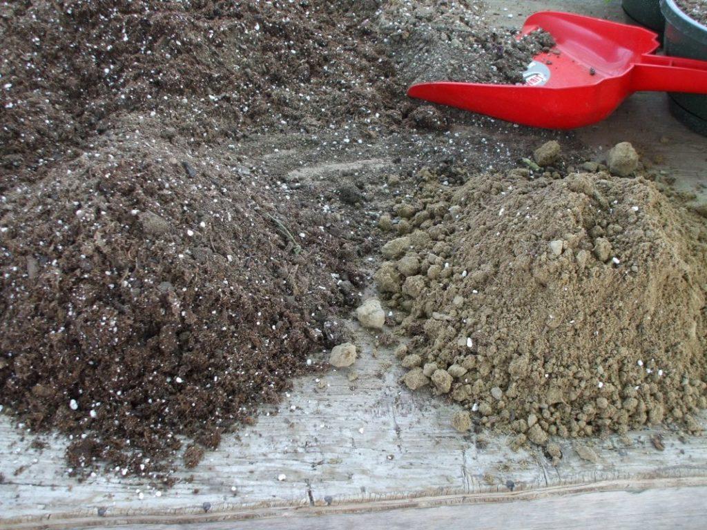 Смешать землю с перегноем и песком